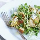 Pavasarinės salotos su daigintiniais, pelėsiniu sūriu ir duonos skrebučiais