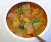 Greitai paruošiama moliūgų tyrės ir konservuotų pomidorų sriuba su duonos traškučiais