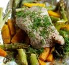 Žuvis su pavasarinėmis daržovėmis kepta kepsninėje