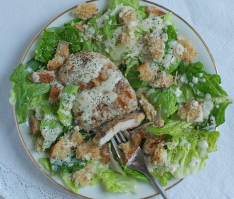 Cezario salotos su kepsninėje kepta vištiena